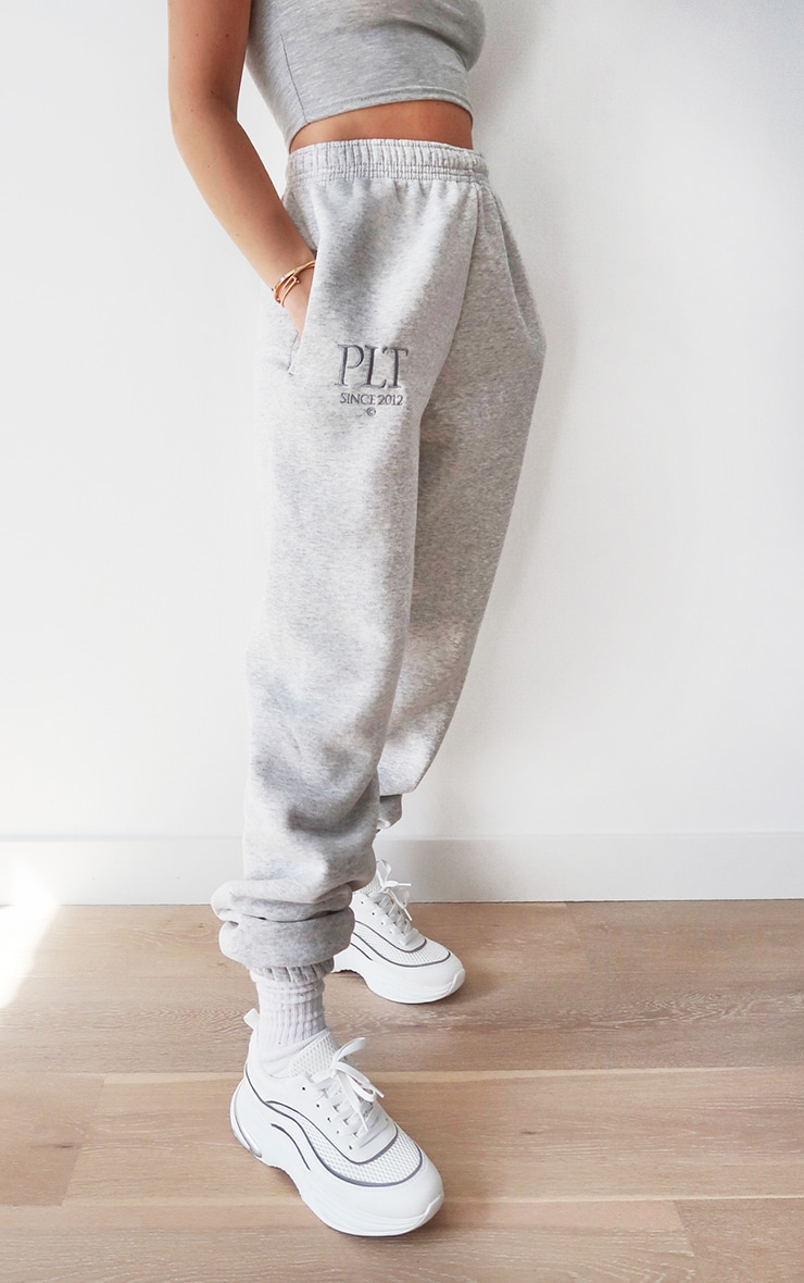 PRETTYLITTLETHING - Jogging casual gris cendré à slogan Established 2