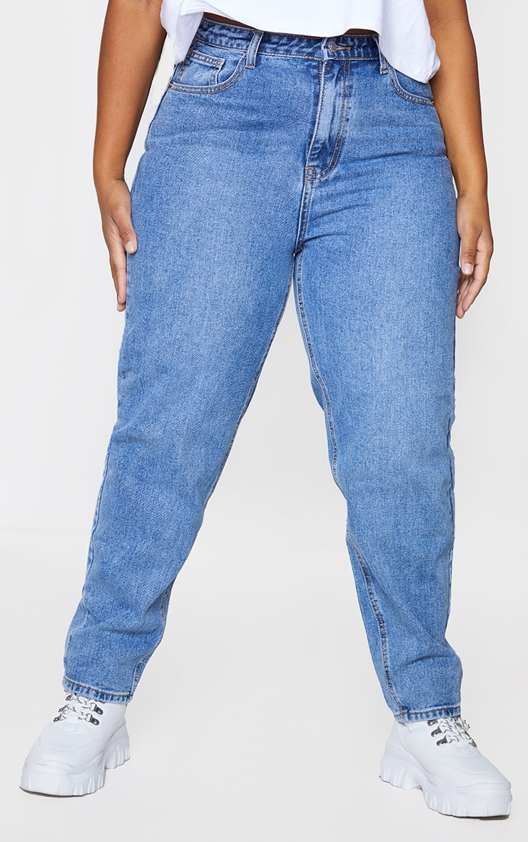 PRETTYLITTLETHING Plus Mid Wash Mom Jeans 2