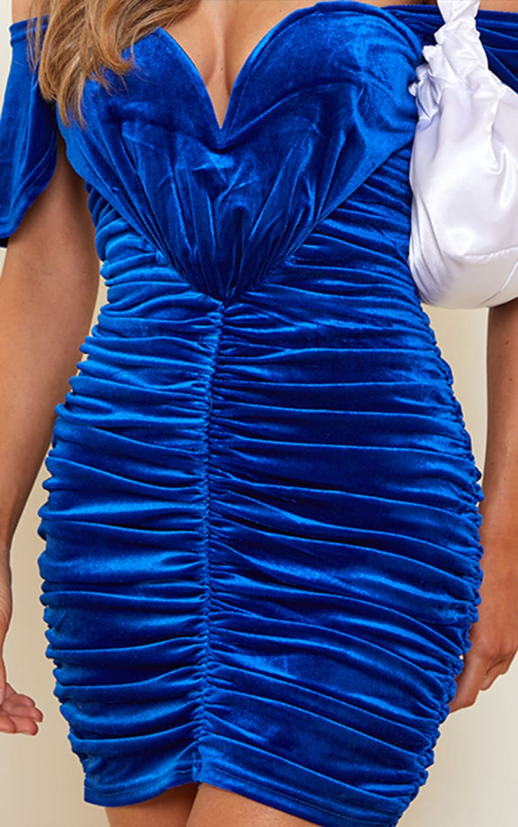Robe moulante en velours bleu cobalt froncé à col bateau 4