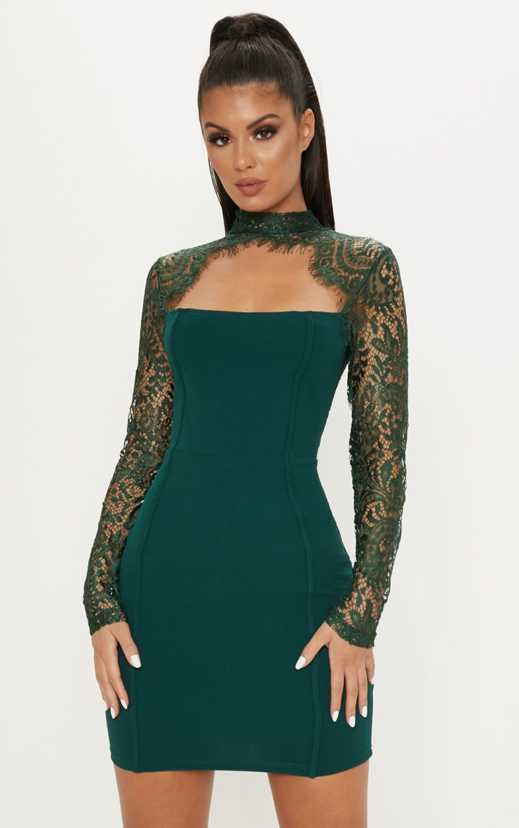 Robe moulante vert émeraude à manches dentelle