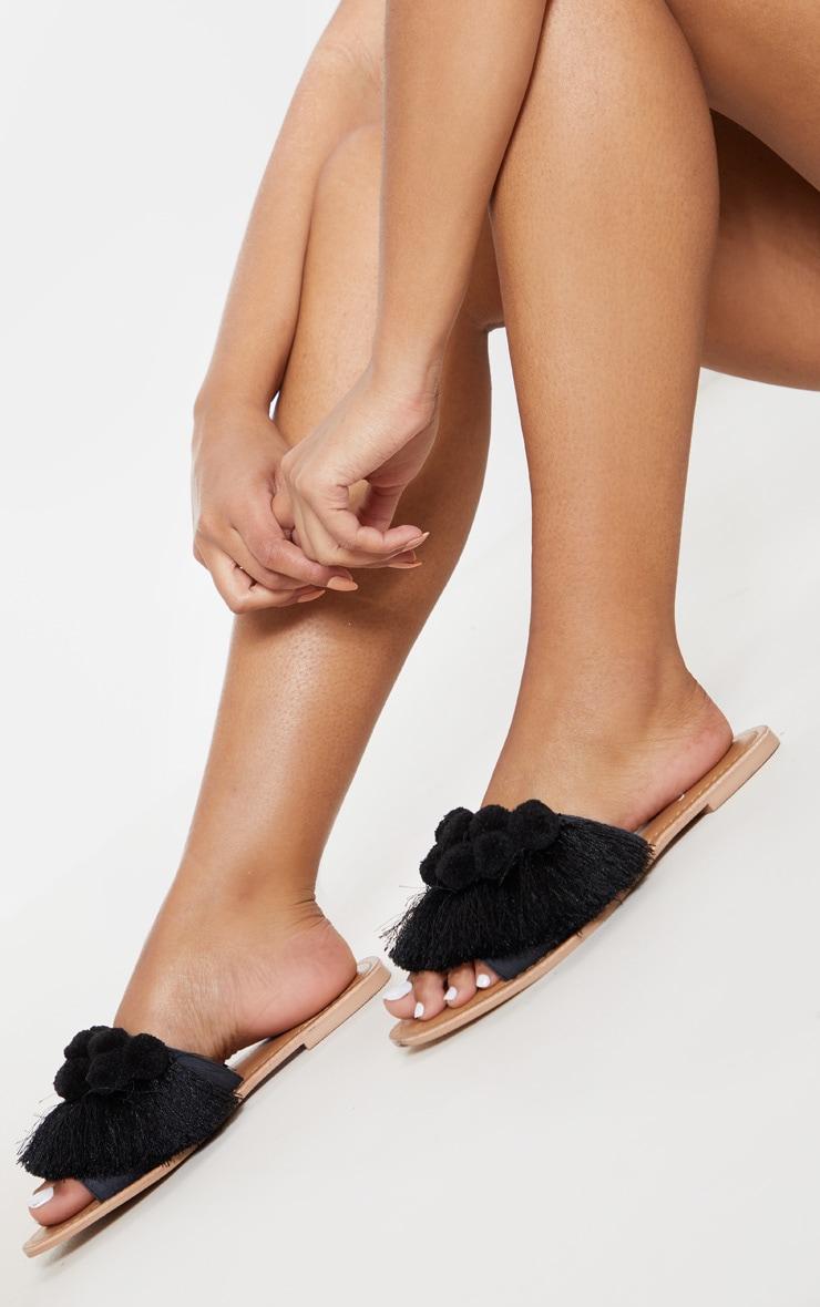 Sandales noires à pompons 1