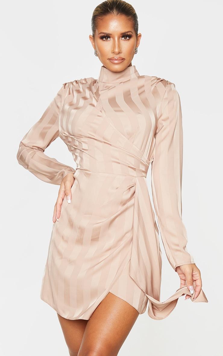Robe moulante rose cendré drapée à rayures et col haut 1