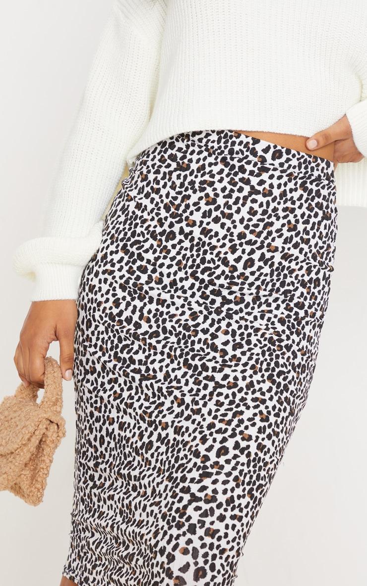 تنورة متوسطة الطول مضلعة بيضاء بنقشة جلد الفهد 5