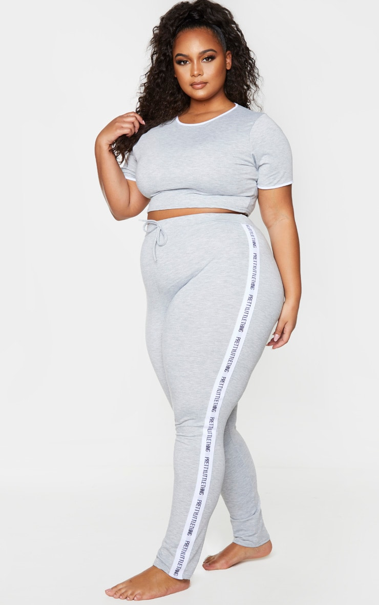 PRETTYLITTLETHING Plus - Ensemble de pyjama long gris 1