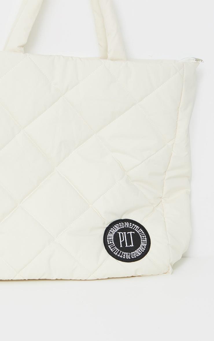 PRETTYLITTLETHING - Tote bag oversize en nylon matelassé crème à détail badge 3