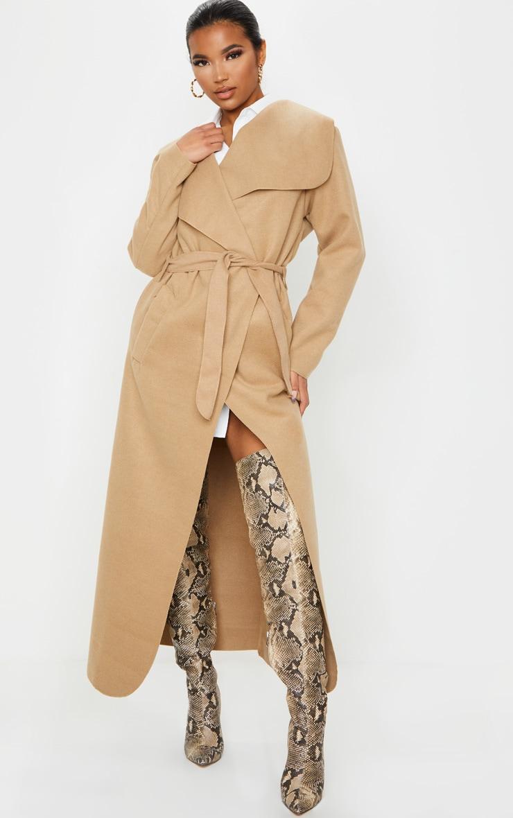 معطف طويل للكاحل بتصميم كبير الحجم بحزام على الخصر وطيات منسدلة من الرقبة بطول التصميم بلون جملي 1