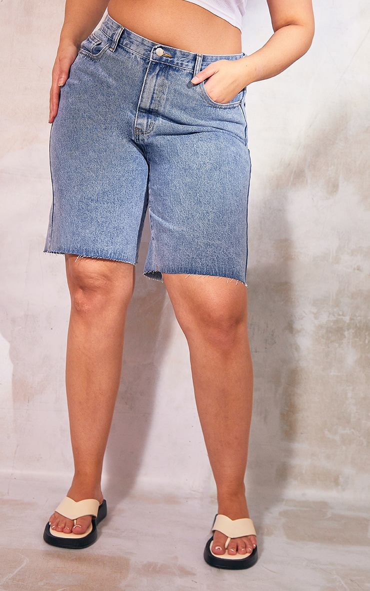PRETTYLITTLETHING Plus Mid Blue Wash Longline  Fitted Denim Shorts 2