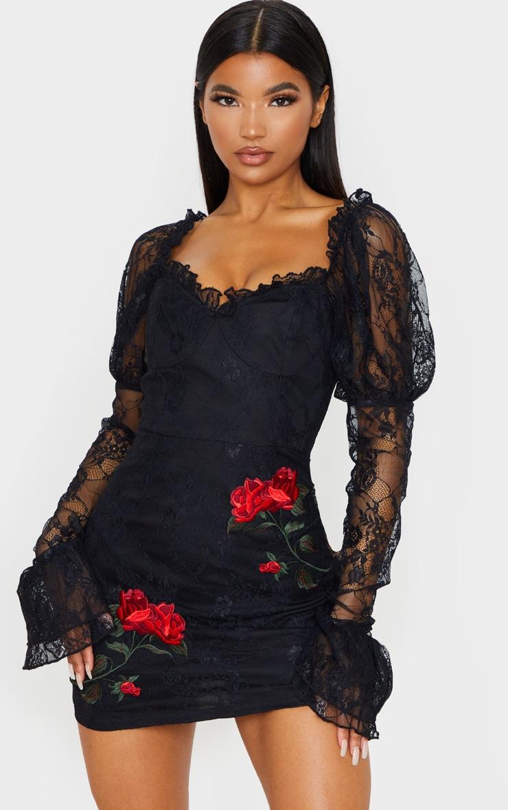 Robe moulante en dentelle noire à roses brodées et manches longues 2