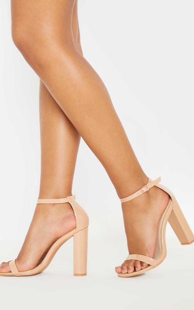 Sandales à talon carré et bride cheville nude vernies 2