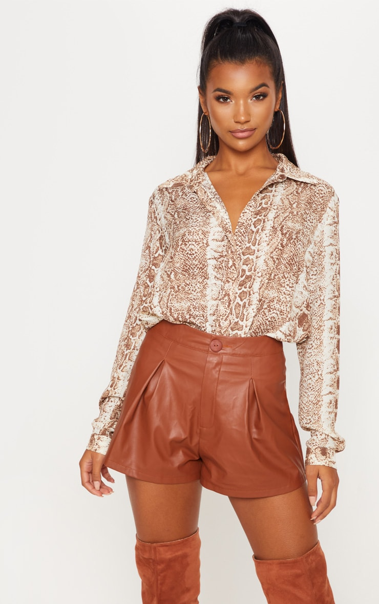 Short en similicuir marron plissé 1