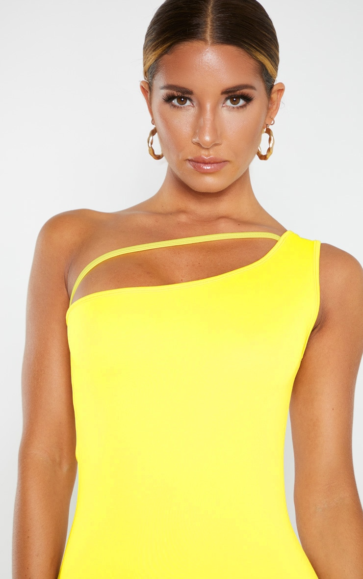 Robe moulante jaune à bretelle unique et lanière 5
