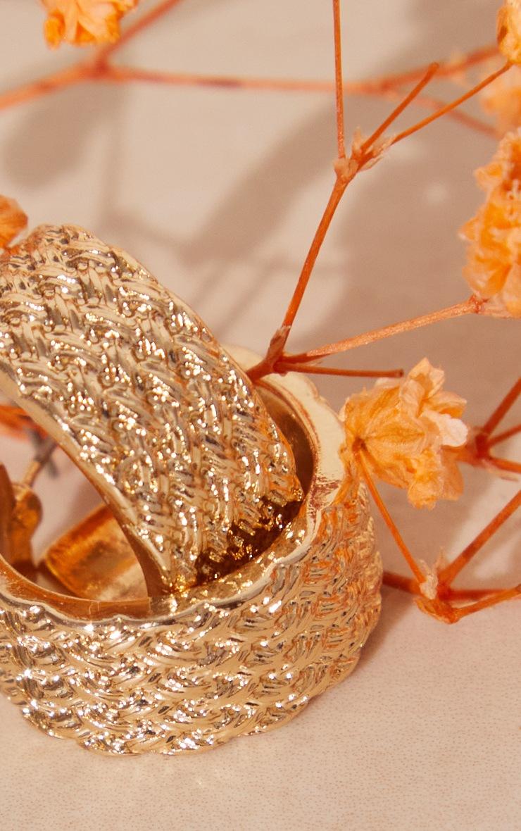 Petites créoles dorées effet texturé 3