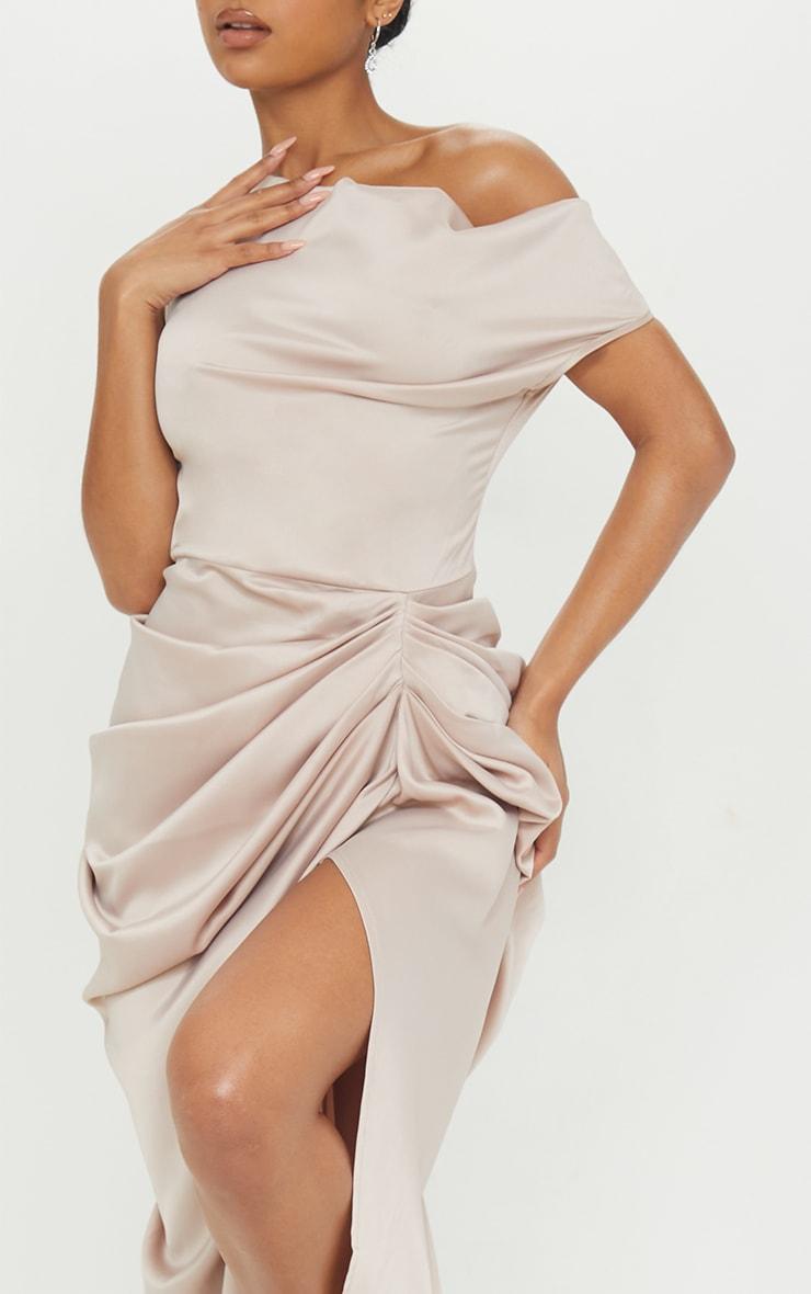 Robe longue satinée champagne à jupe drapée et épaules dénudées 4