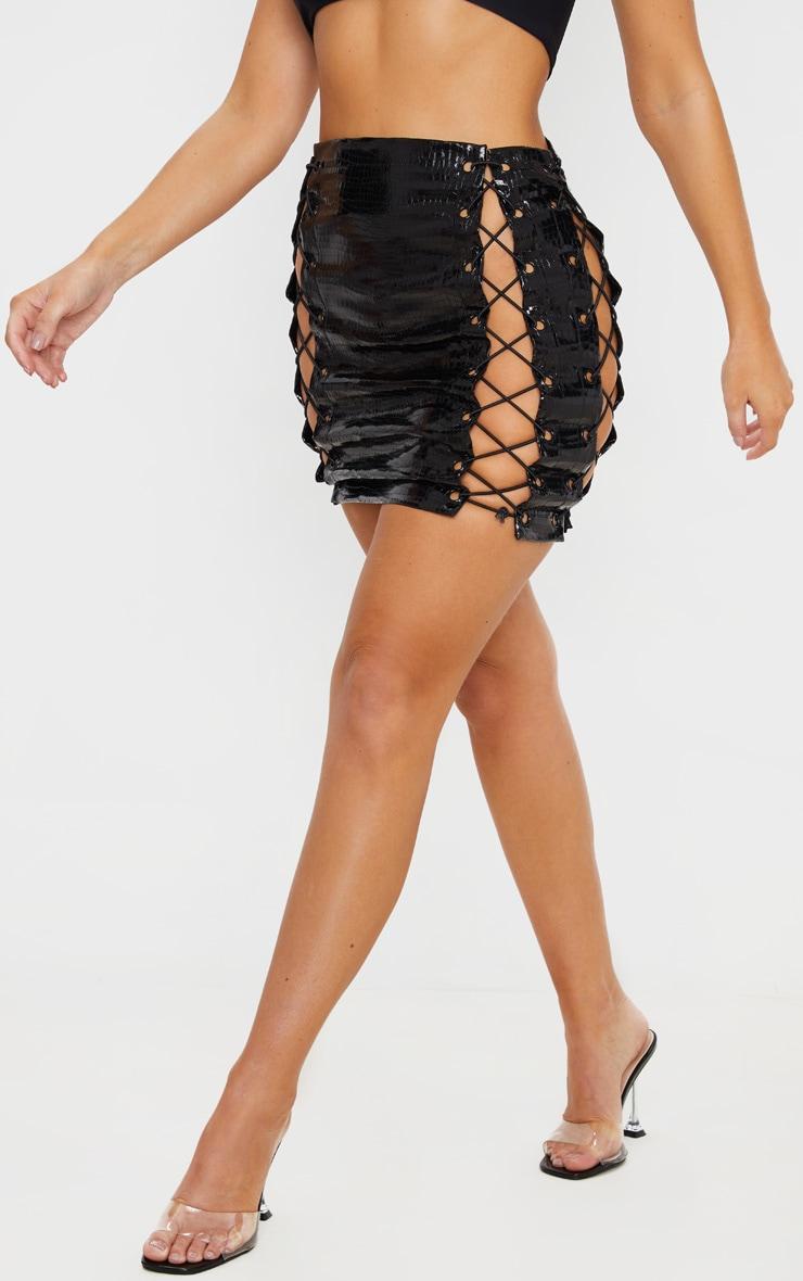 Mini-jupe en vinyle noir effet crocodile à lacets sur les côtés 2