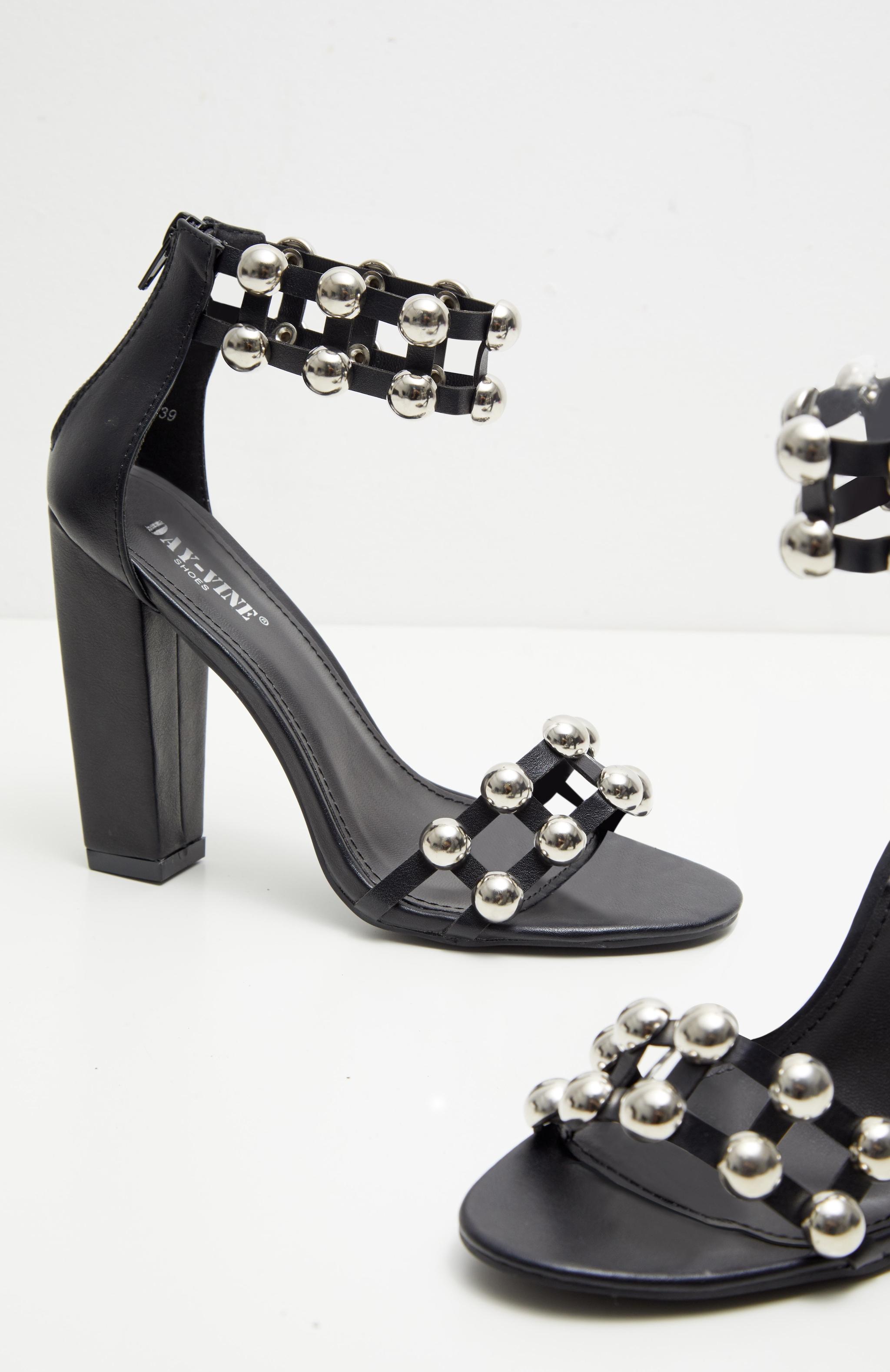 Sandales cloutées noires à gros talons 3