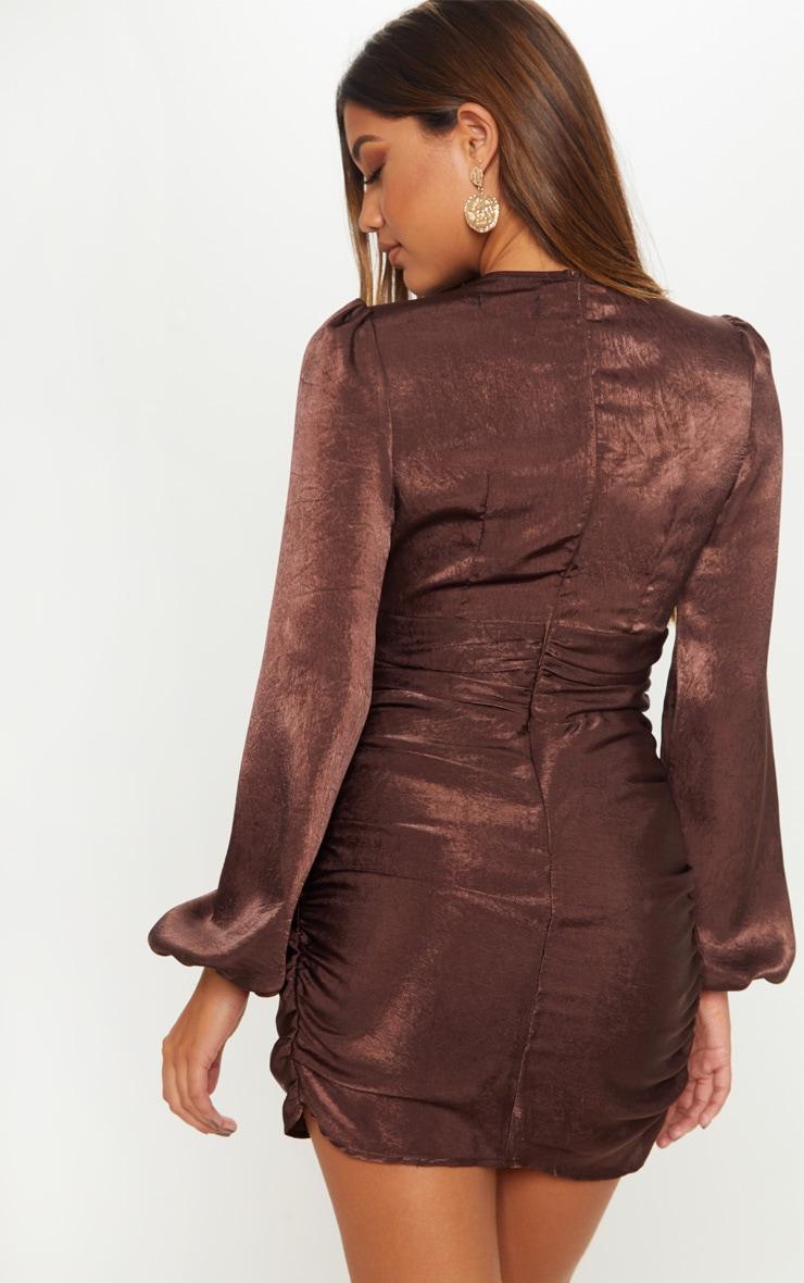 Robe moulante satinée marron chocolat à découpe poitrine 2