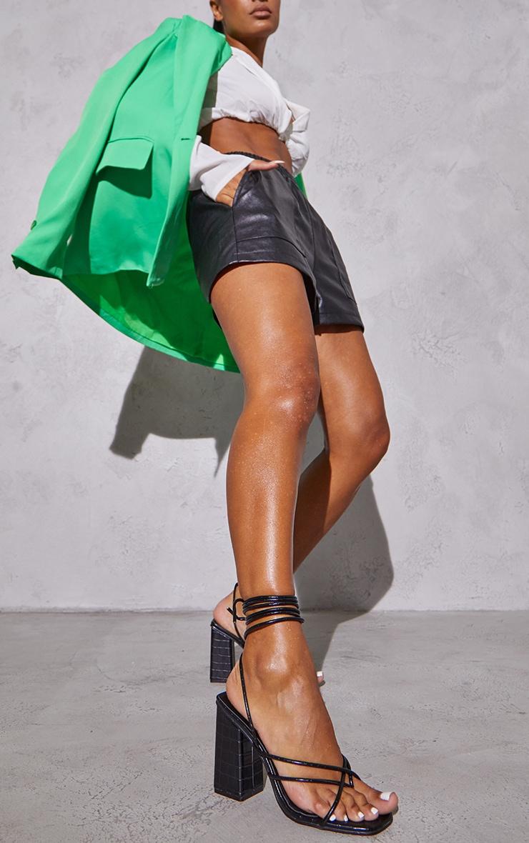 Sandales en similicuir croco noir à bride orteil, lacets et talon bloc chunky 2