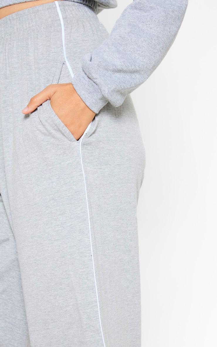 Pantalon court en jersey gris à coutures contrastantes et jambes évasées 5