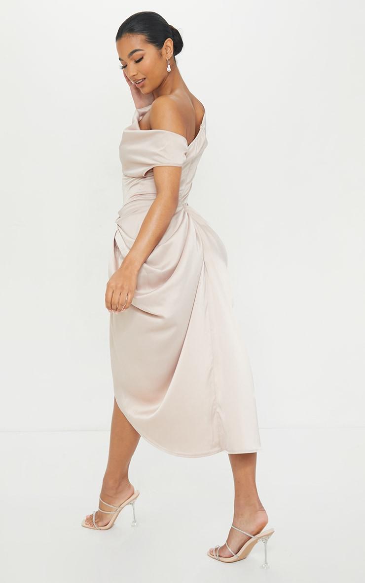 Robe longue satinée champagne à jupe drapée et épaules dénudées 2