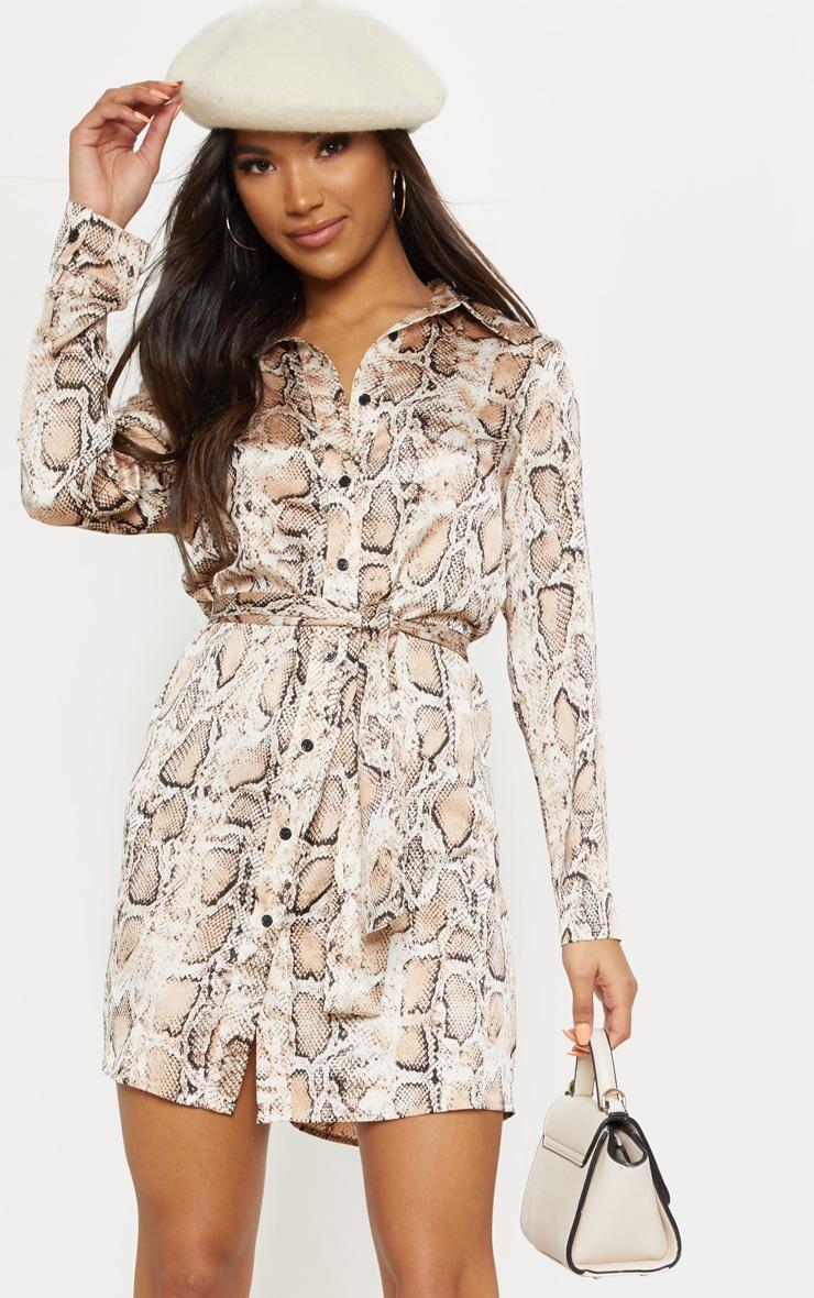 Robe chemise satinée à imprimé serpent beige nouée à la taille 4