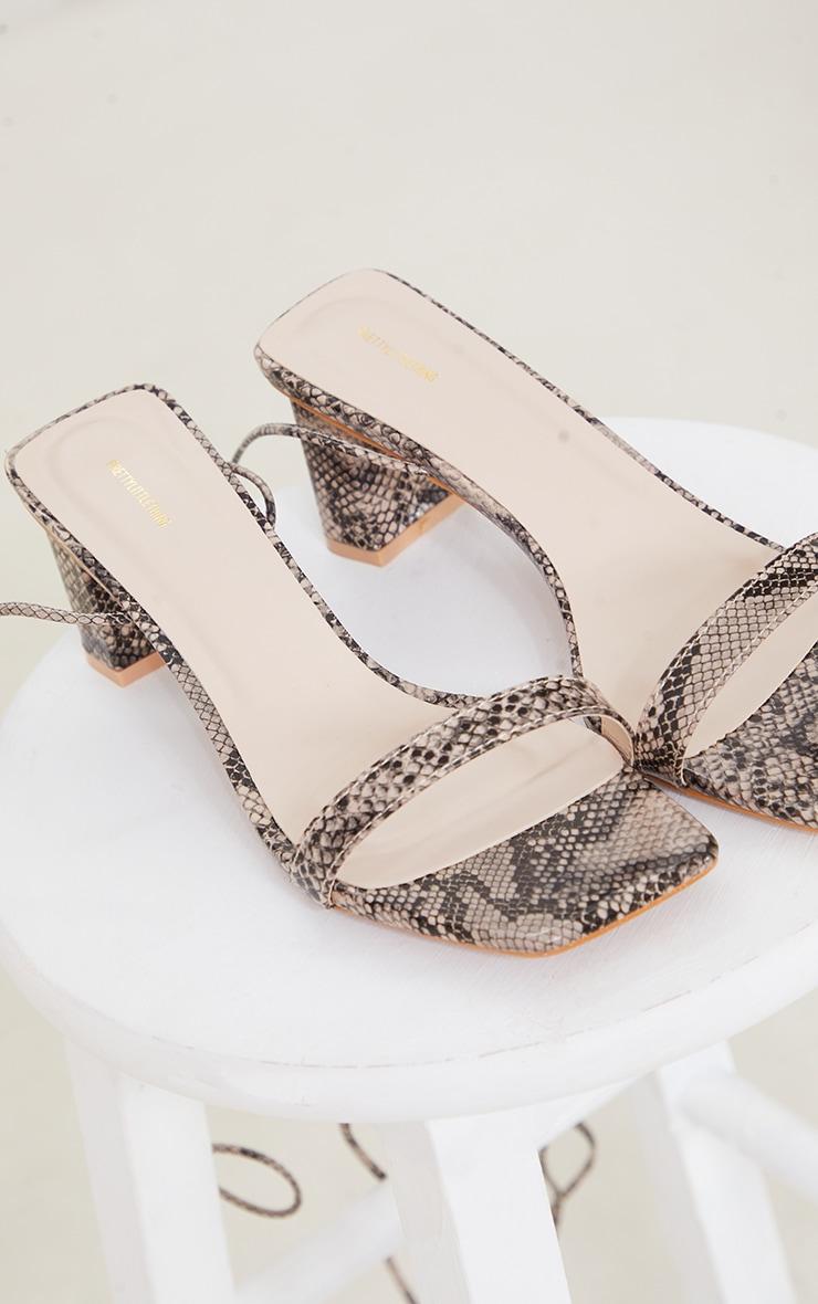 Sandales carrées en similicuir serpent marron à lacets et petit talon bloc 3