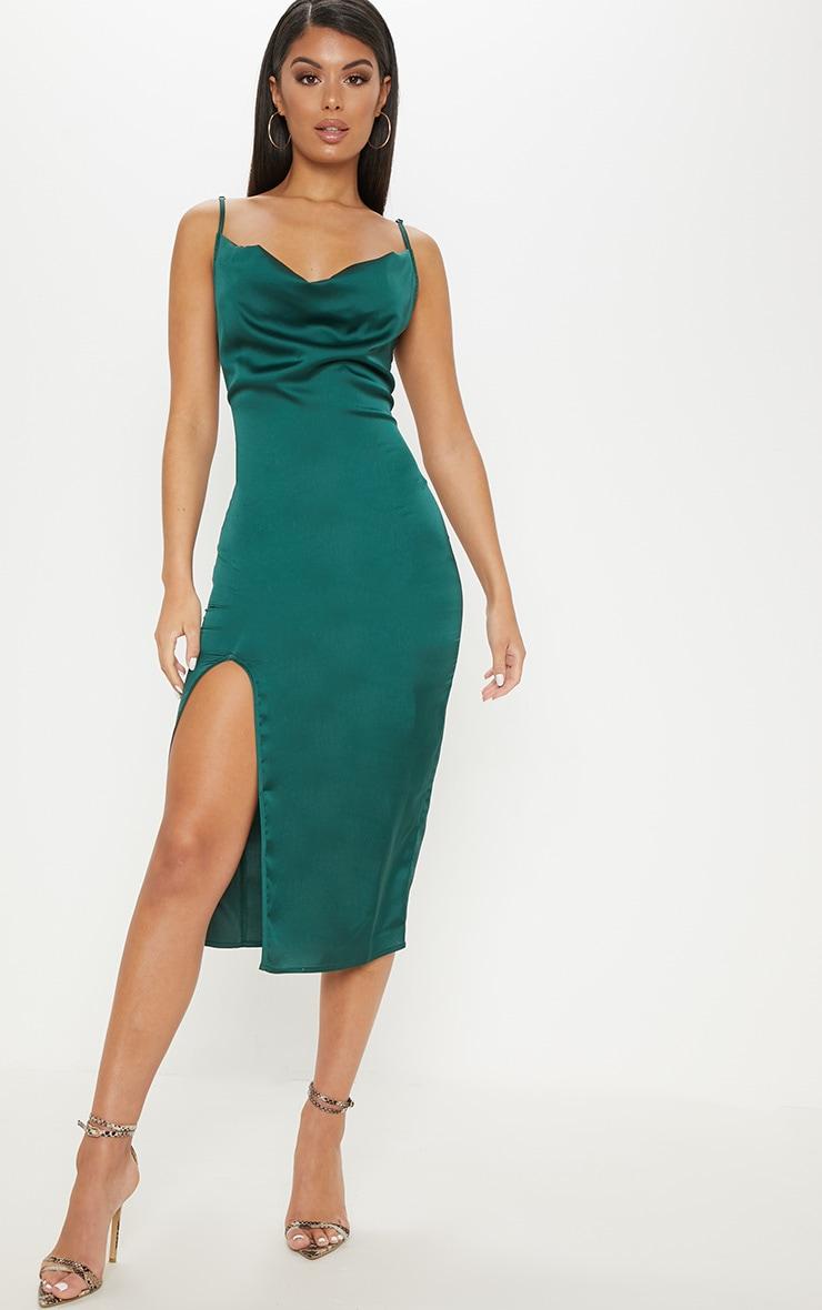 Robe mi-longue satinée vert émeraude à col bénitier