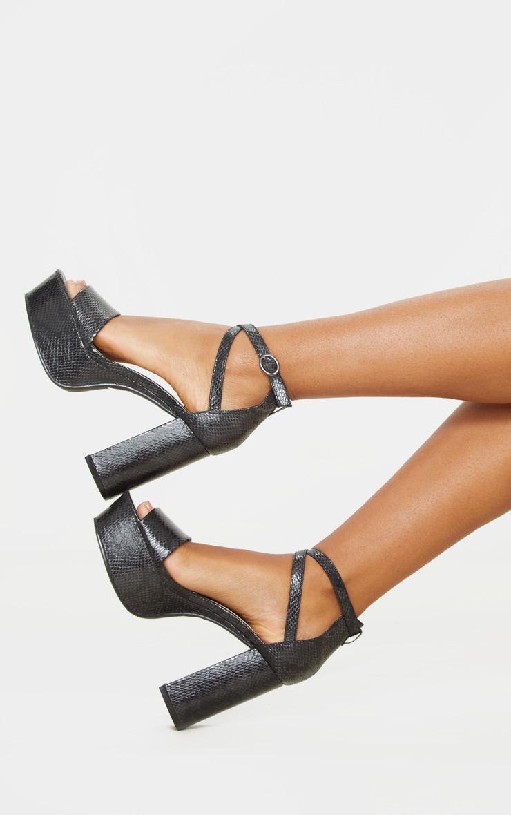 Sandales plateformes en serpent noires à brides cheville et talons bloc 2