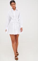 852b353125a1 Robe chemise blanche ceinture anneau. Robes   PrettyLittleThing FR
