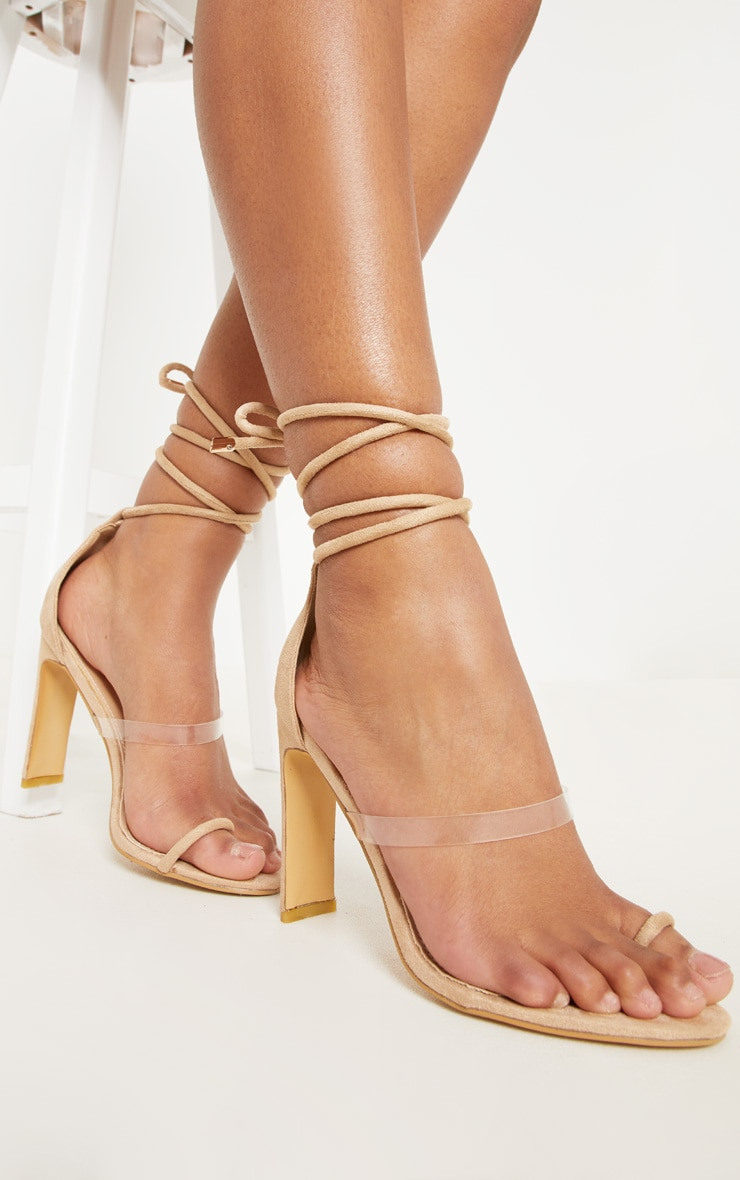 5430ea67a52dc Mules nude à bride orteil et talon plat. Chaussures   PrettyLittleThing FR