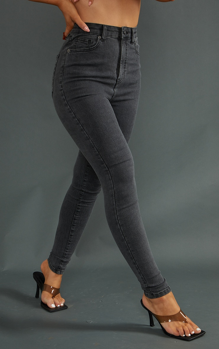 بنطلون جينز ضيق مزود بخمسة جيوب باللون الأسود الباهت من بريتي ليتل ثينج 2