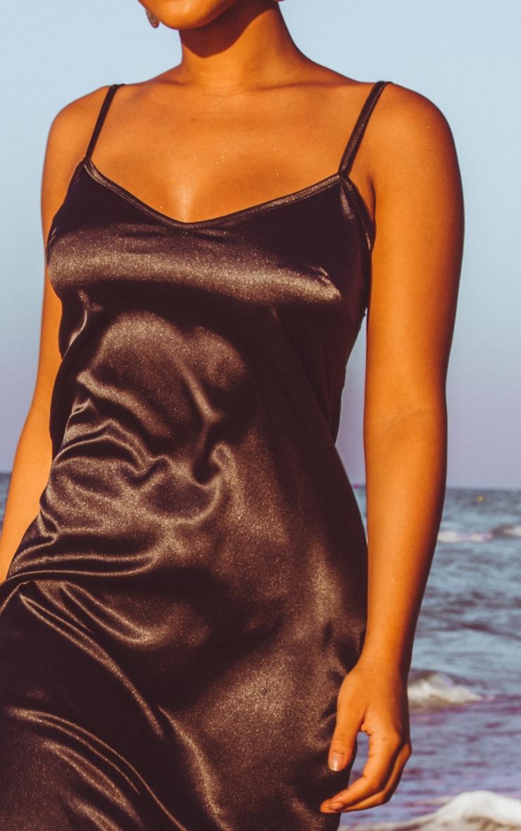 Robe mi-longue satinée noire à col V 5