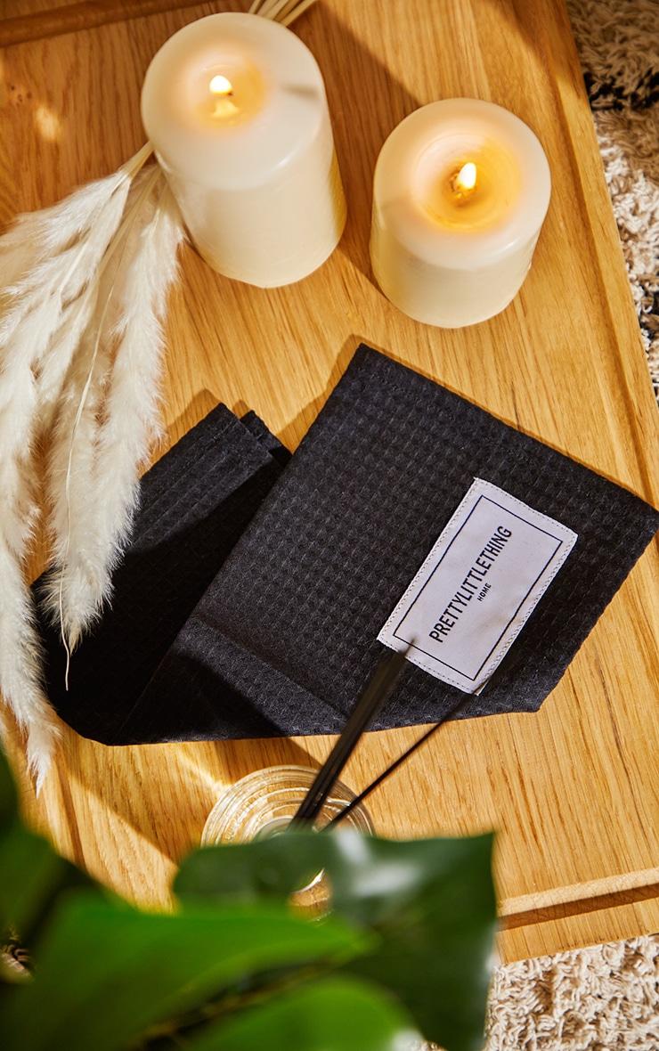 PRETTYLITTLETHING Home - Gant de toilette en maille gaufrée noire 1