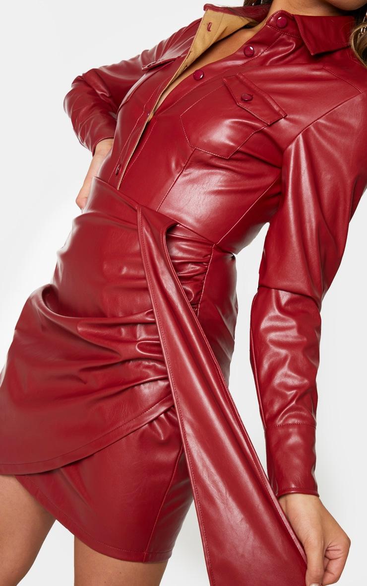 Robe moulante en similicuir rouge sang boutonnée à manches longues et détail drapé 4