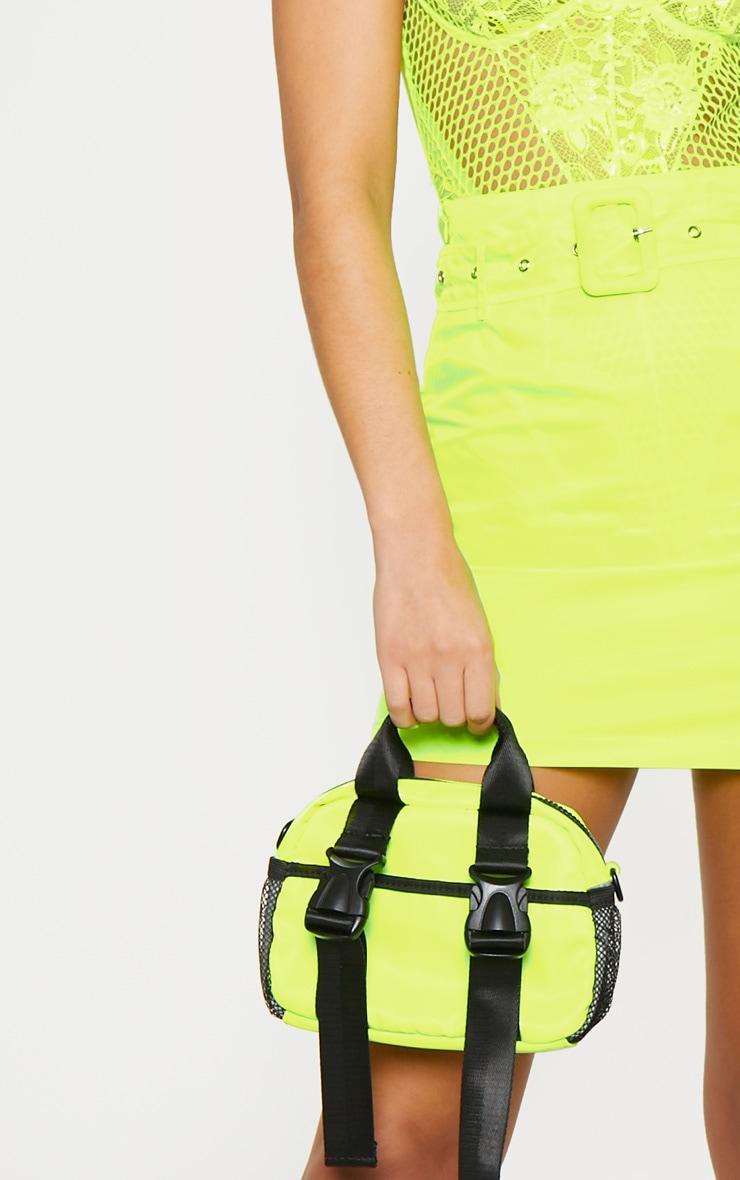 Mini-jupe fluide jaune fluo à ceinture  6