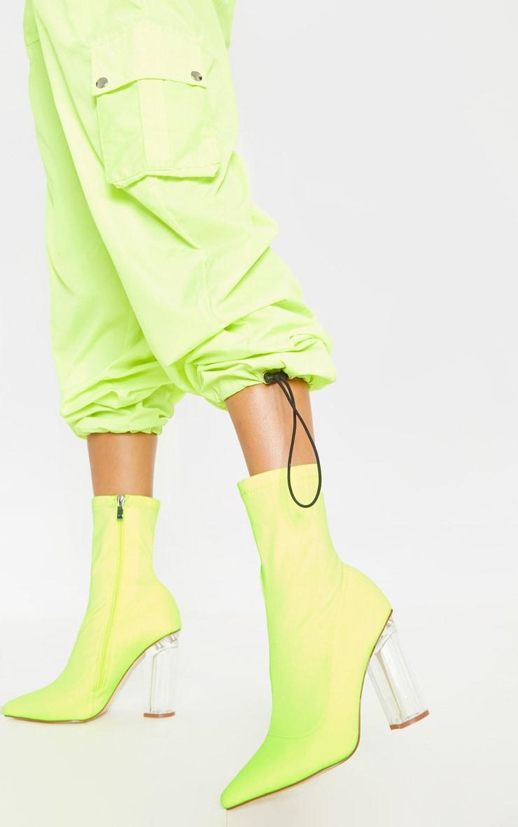 Bottines chausettes jaune fluo à talons bloc transparents 1