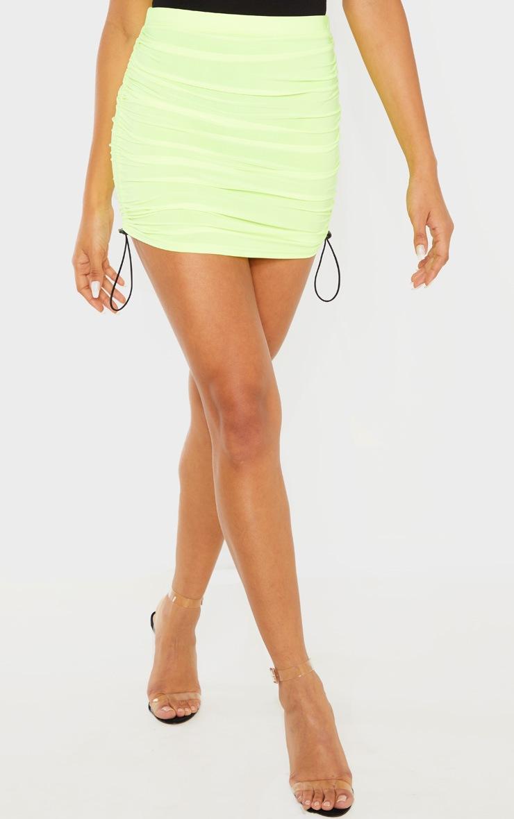 Mini-jupe slinky froncée jaune fluo à détail cordons 2