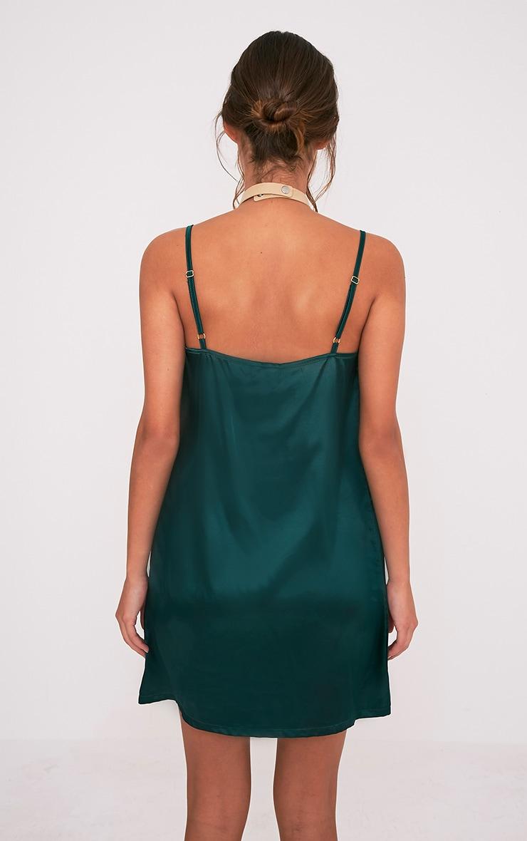 Erin robe nuisette décolleté plongeant en satin vert émeraude 2