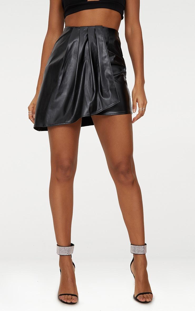 Minijupe drapée et plissée en imitation cuir noire 2