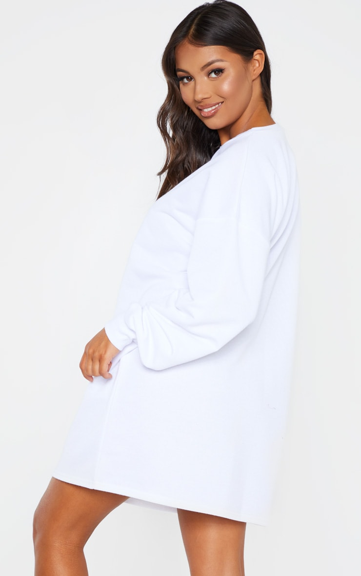 PRETTYLITTLETHING Petite - Robe pull blanche à slogan brodé 2