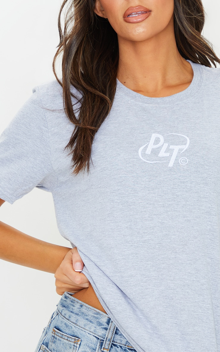 PRETTYLITTLETHING Grey Circle Logo Embroidered T Shirt 4