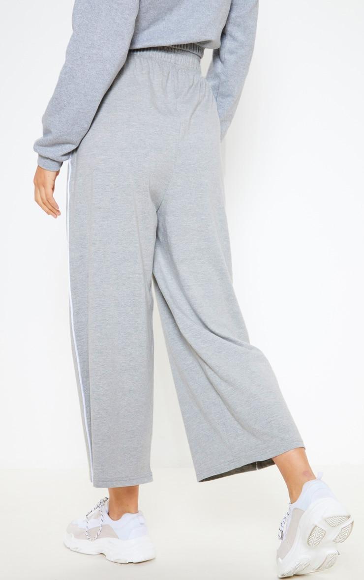 Pantalon court en jersey gris à coutures contrastantes et jambes évasées 4
