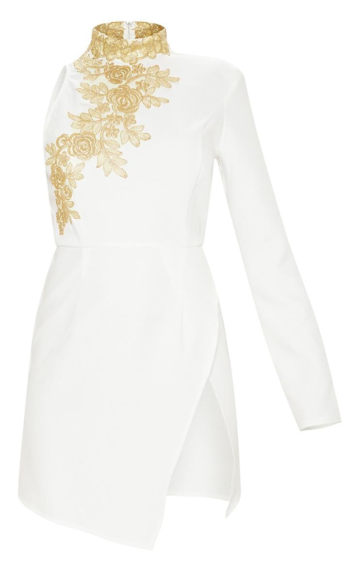 Robe moulante blanche à manche asymétrique et broderies 3