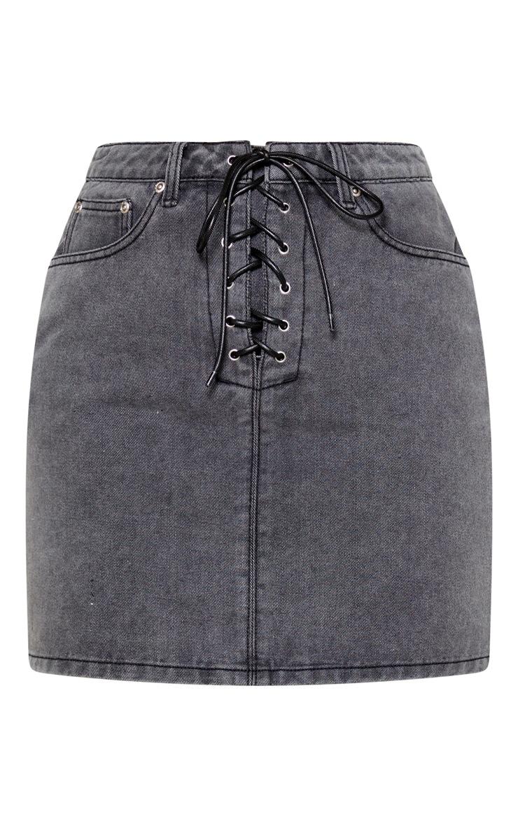 Mini-jupe en jean noir délavé à laçage frontal 3