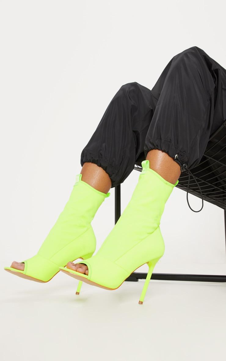Bottines-chaussettes vert citron fluo à bout carré ouvert 1