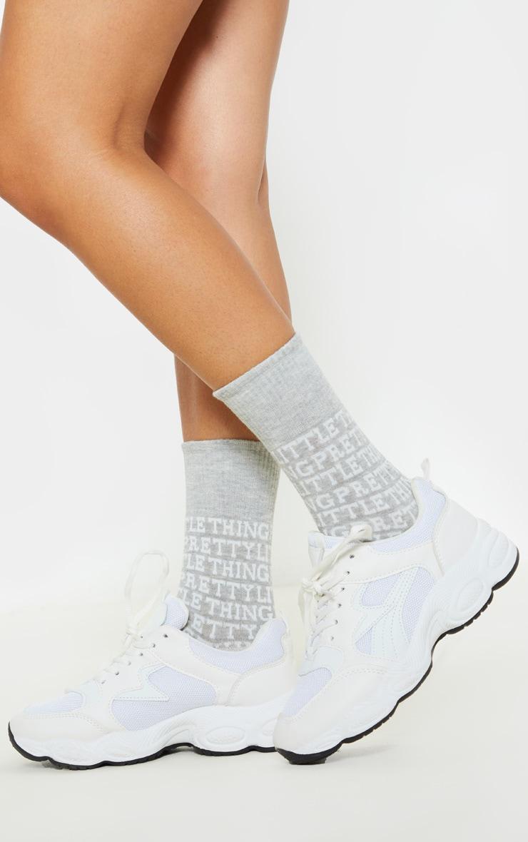 PRETTYLITTLETHING - Chaussettes grise à logo 1