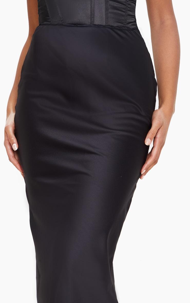 تنورة من الساتان متوسطة الطول باللون الأسود 4