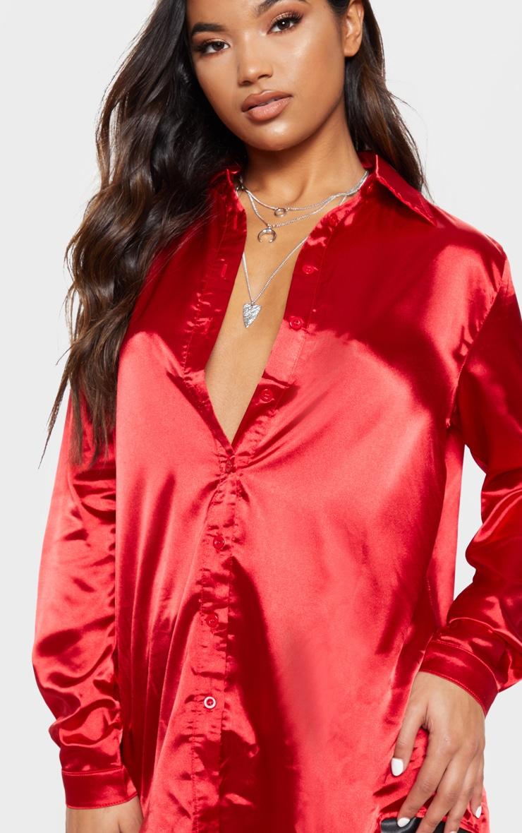 Chemise satinée rouge boutonnée devant 5