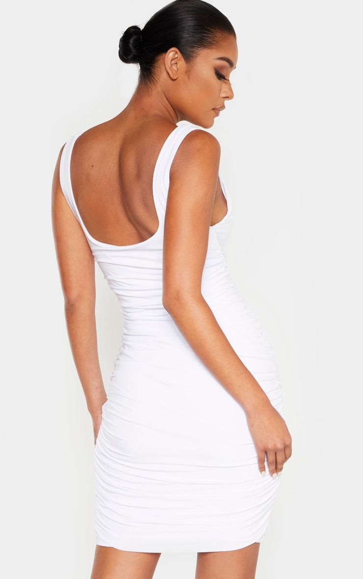 فستان بودي كون من دون أكمام بتصميم مجعد بقصة ضيقة ملتصقة بالجسم بلون أبيض 2