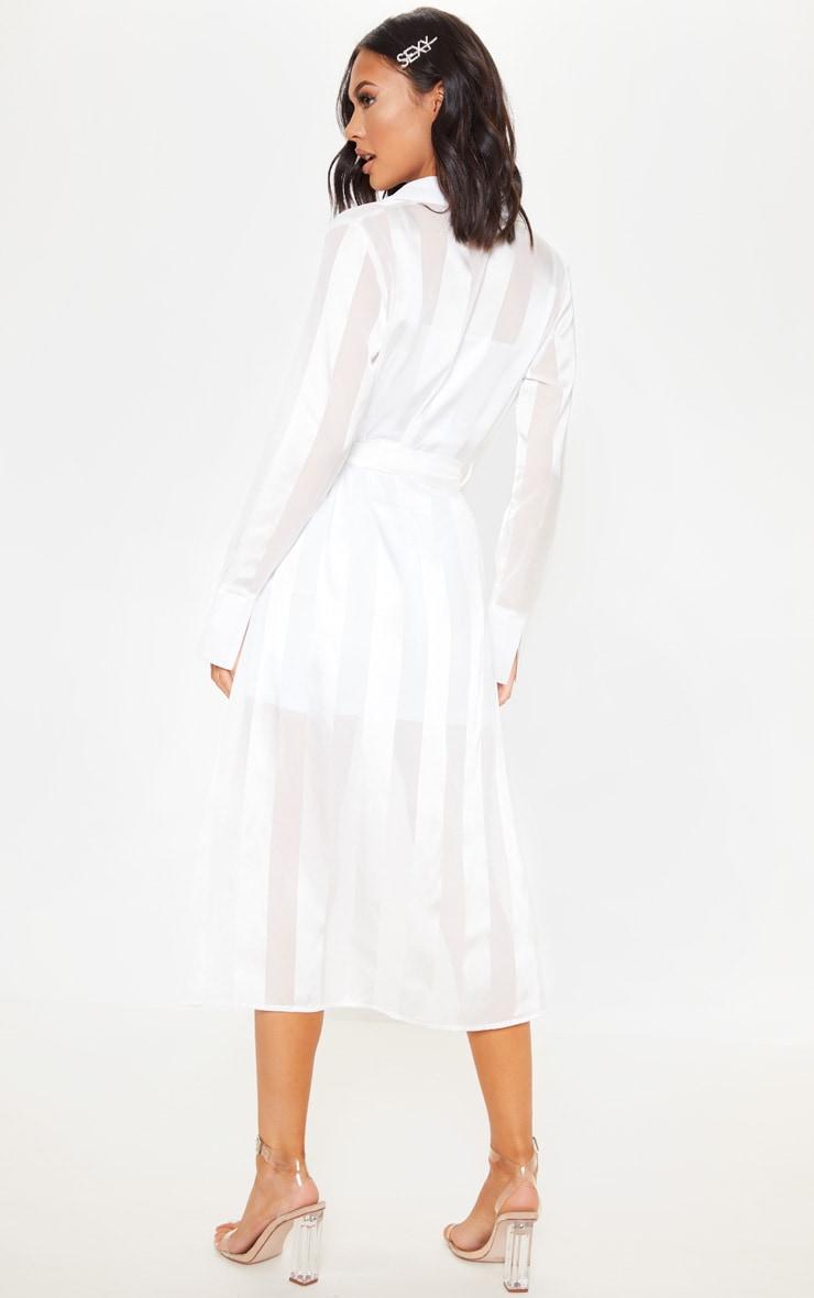 Robe chemise mi longue satin e blanche prettylittlething fr - Adresse mail reclamation blanche porte ...