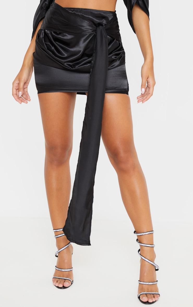 Mini-jupe satinée froncée noire à nouer 2